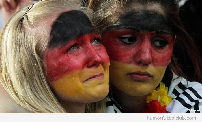 Dos aficionadas de selección Alemana lloran por la derrota ante Italia semifinales Eurocopa 2012