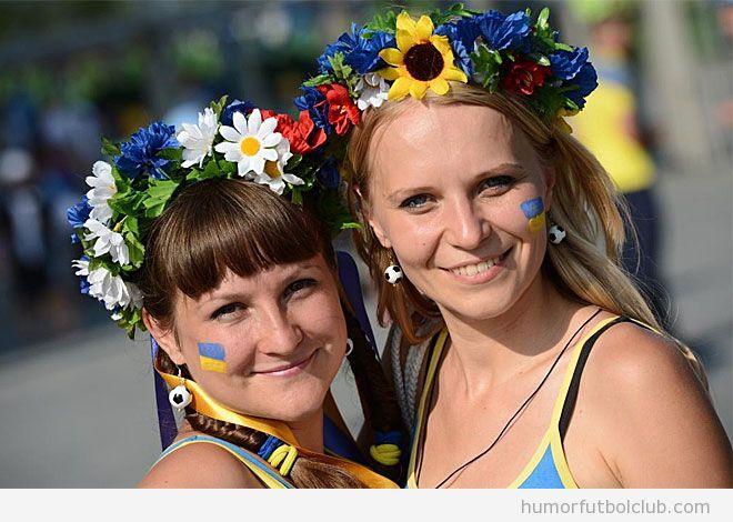 Dos aficionadas de Suecia guapas y sexys en la Eurocopa 2012
