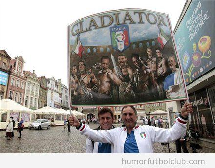 Aficionado de Italia con pancarta de Gladiator con los jugadores selección italiana Eurocopa 2012