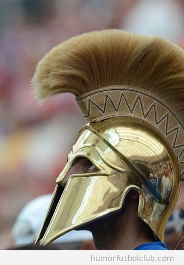 Aficionado de Grecia con un casco guerrero griego Eurocopa 2012