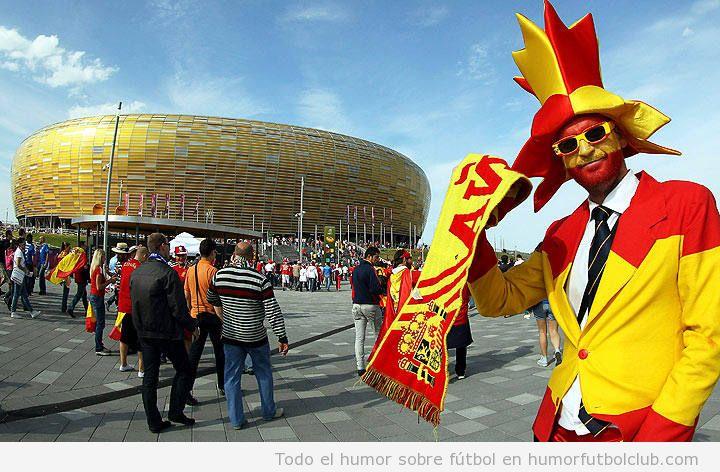 Aficionado con traje y corbata de la selección de fútbol de España, la roja