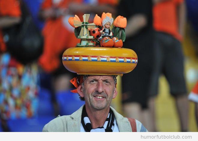Aficionado de la selección de holanda con un divertido sombrero con las cosas típicas de Países Bajos