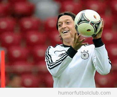 El Futoblista Ozil sosteniendo un balón con las manos en entrenamiento con Alemania Eurocopa 2012
