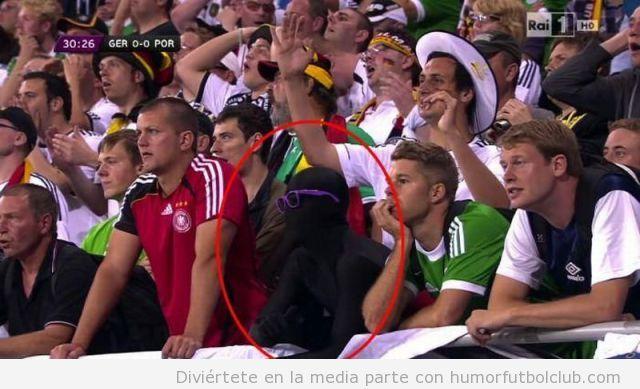 Extraño aficionado vestido malla negra con gafas lilas en el partido de la Eurocopa 2012 Alemania Portugal