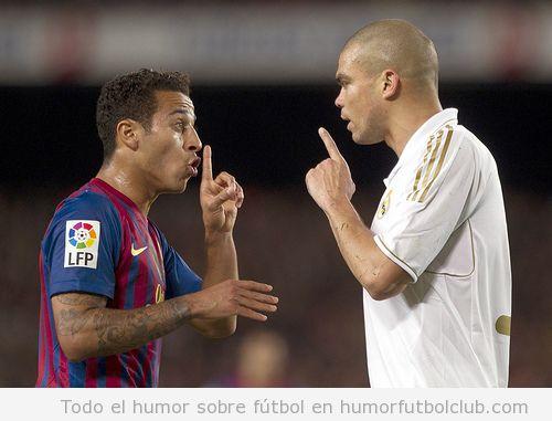 Thiago Alcántara y Pepe peleándose en un Real Madrid Barça