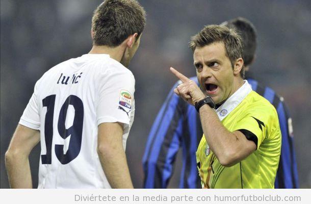 Árbitro del España Francia echando bronca a un jugador