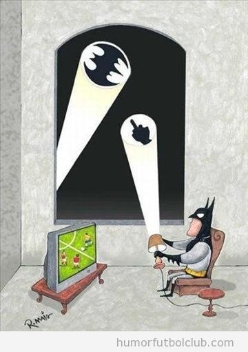 Batman viendo fútbol ignora la batseñal