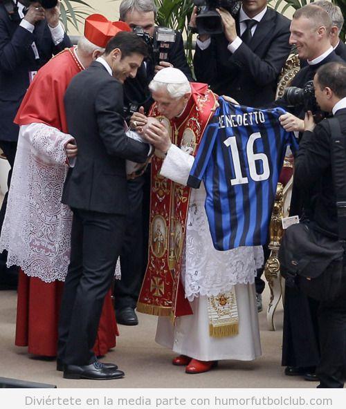Bautizo del hijo de un jugador del Inter de Milan le regalan una camiseta al Papa benedetto