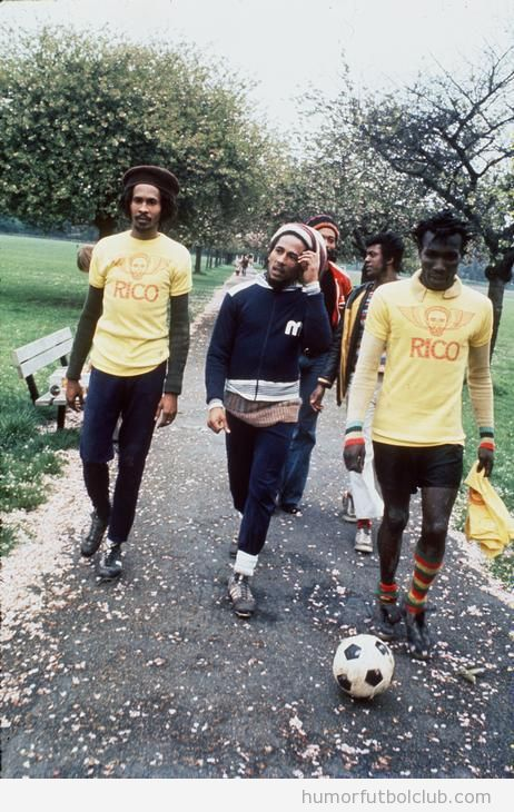 Bob Marley vestido de futbolista con jugadores Rico