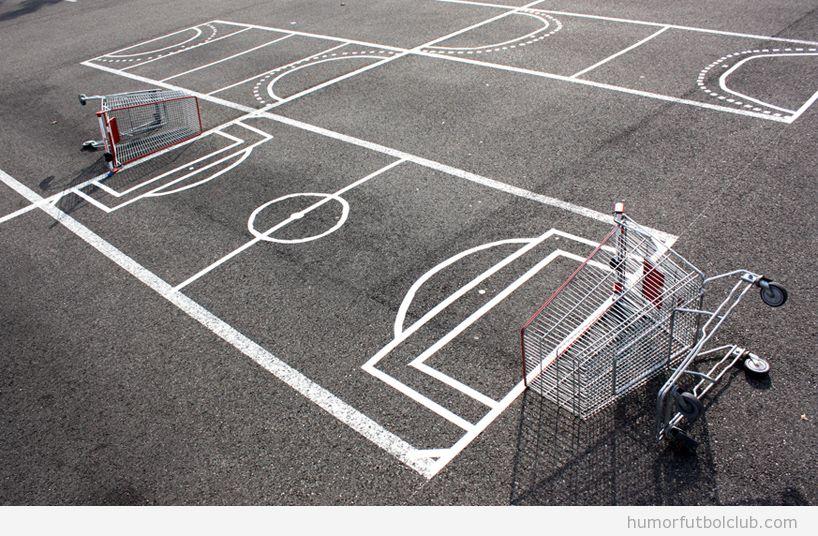 Plazas de parking al aire libre pintadas con líneas campo fútbol