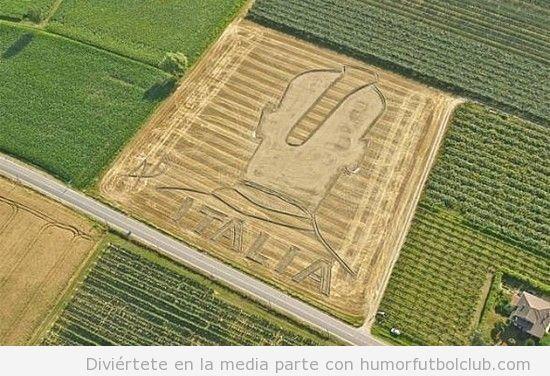 Los campesinos italianos han arado un campo de trigo con la cabeza de balotelli