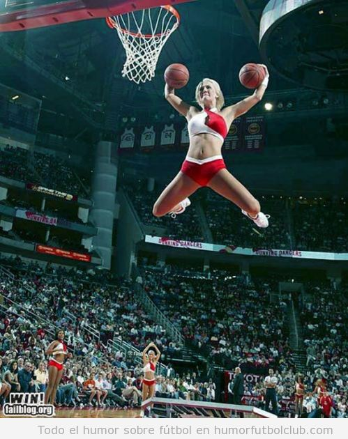 Cheerleader en un salto increíble hace mate y canasta con dos pelotas de basket