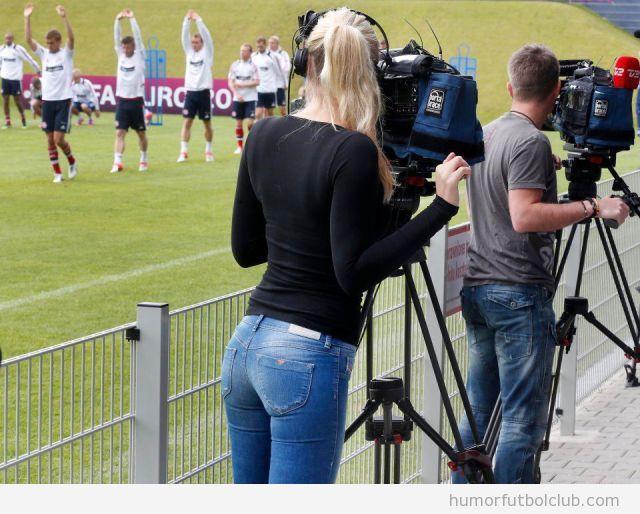 Chica sexy hace de cámara en la Eurocopa