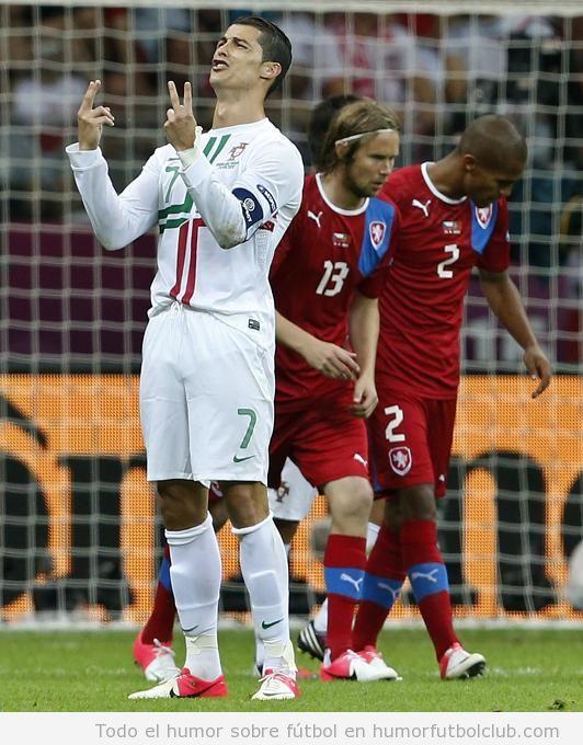 Foto graciosa de Cristiano Ronaldo lamentándose por haber fallado 2 goles