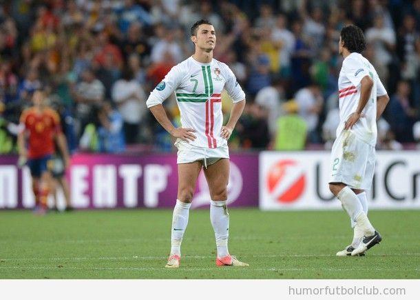 Cristiano Ronaldo con los pantalones subidos como shorts en España Portugal Eurocopa 2012