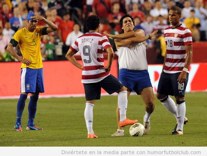 Aficionado salta al campo en el partido de fútbol amistoso entre Brasil y Estados Unidos