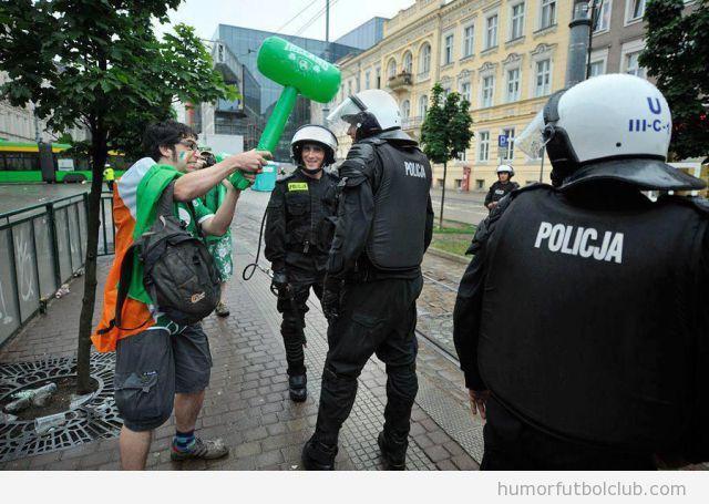Aficionado irlandés golea a un policía polaco con un martillo hinchable Eurocopa 2012
