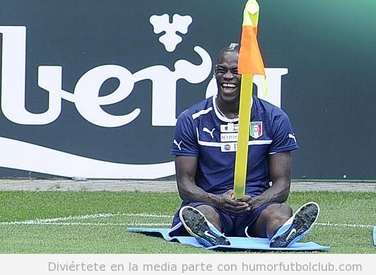 Foto divertida de Balotelli sentado en un banderín de corner con Italia en Eurocopa 2012