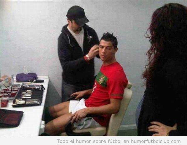 Foto divertida Cristiano Ronaldo maquillándose con camiseta Portugal Eurocopa 2012 trucos belleza