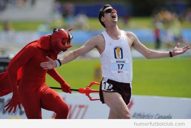 Atleta corriendo con un demonio detrás pinchándole el trasero con el tridente