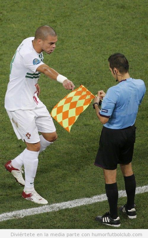 Pepe recrimina al linier una jurada en el España Portugal de la Eurocopa 2012