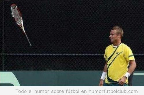 Foto graciosa de un tenista jedi con una raqueta levitando o volando