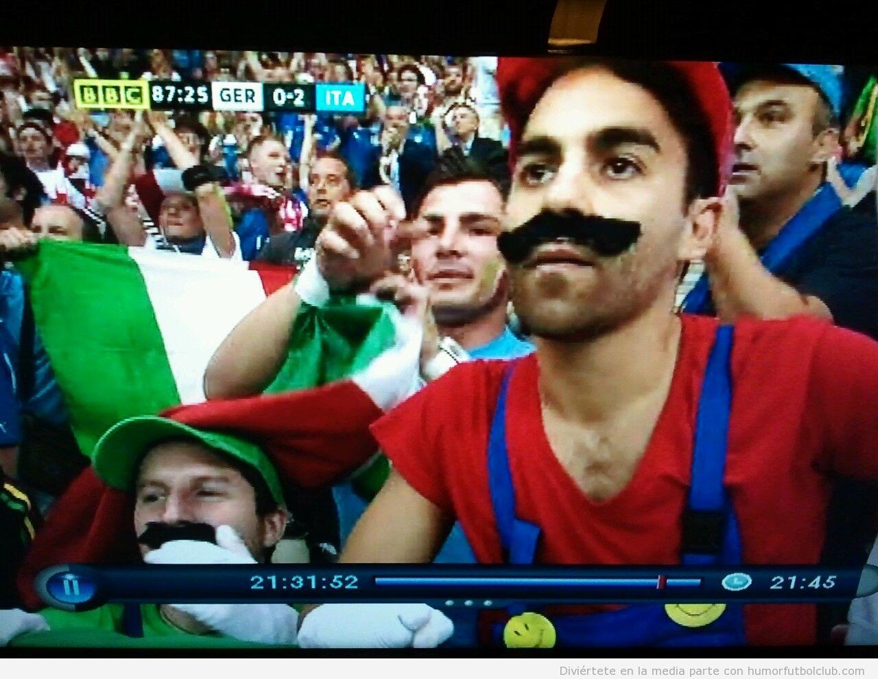 Dos aficionados disfrazados de Mario y Luigi en partido Italia Alemania de semifinales Eurocopa 2012