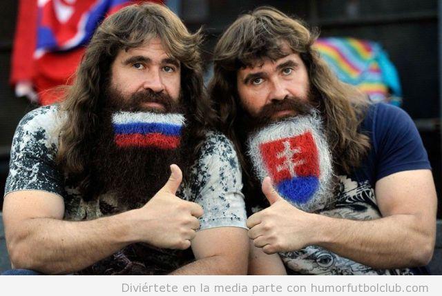 Dos hermanos gemelos, hinchas de la selección rusa de fútbol, con barba larga pintada colores de Rusia
