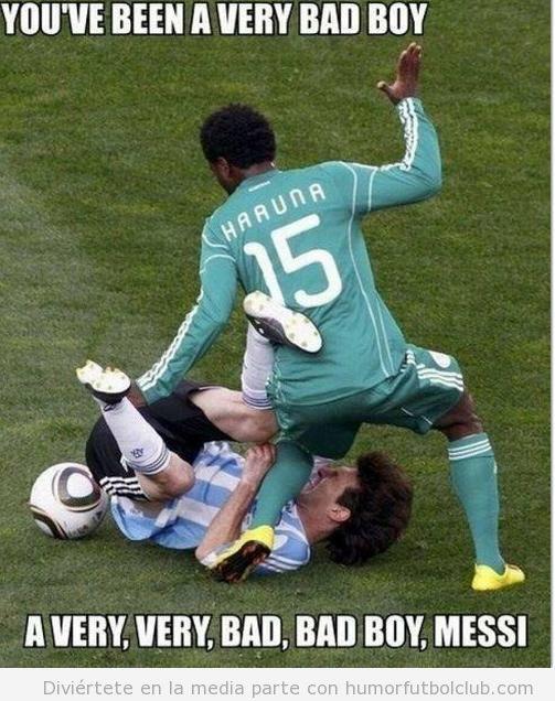 Haauna pega a Messi con camiseta Argentina en una falta