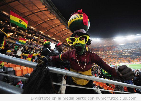 Aficionado al fútbol africano vestido de forma graciosa y peculiar