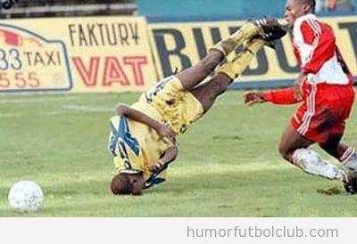Futbolista con la cabeza en el suelo parece bailar break Dance