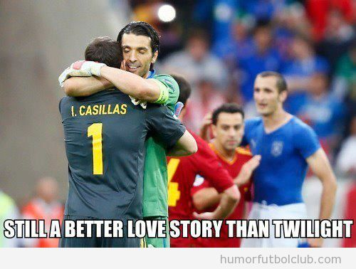 Casillas y Bufffon dándose un abrazo después del Italia España Eurocopa 2012