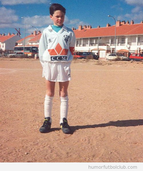 Andrés Iniesta de niño en un campo de fútbol tierra