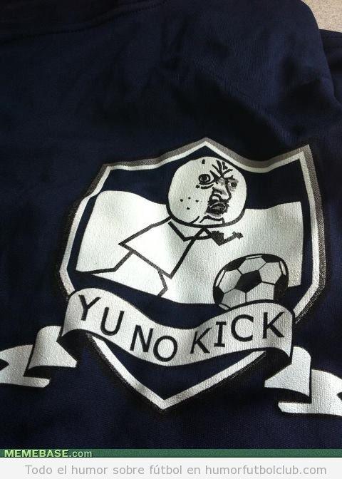 Escudo de un equipo de fútbol con un meme YU NO KICK
