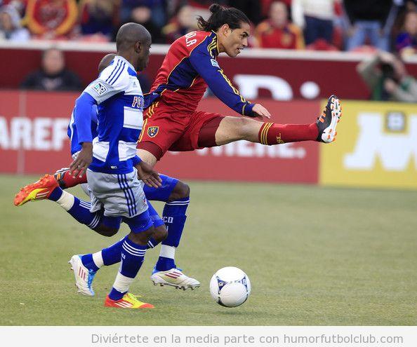 Jugador de fútbol se abre de piernas a lo espagat e el aire