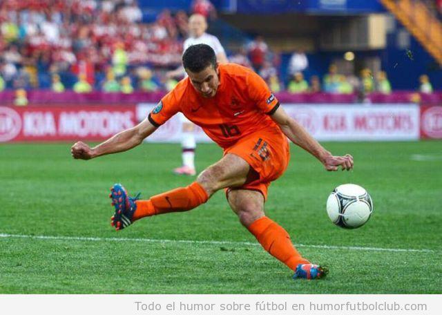 Robin Van Pirse, futbolista de la selección Holandsa, pierde una oportunidad de gol al fallar en un chute