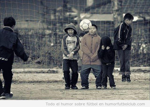Niños graciosos se tapan sus partes íntimas con miedo en una falta con barrera en u partido fútbol en la calle