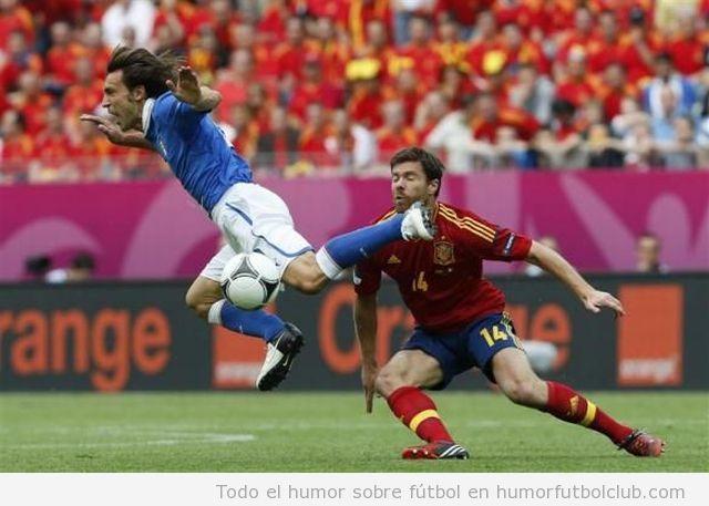 Imagen en la que Pirlo parece dar una patada en la boca a Xabi Alonso en el partido España Italia de la Eurocopa 2012