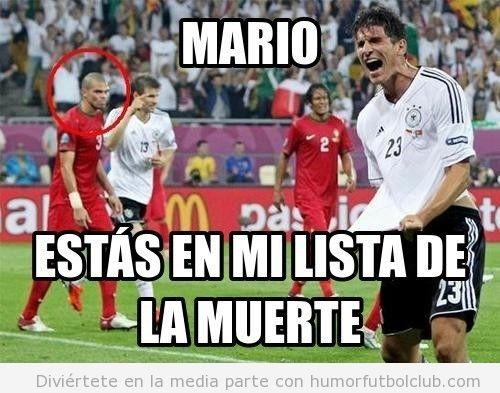Pepe mirando con cara de asesino al jugador Mario Gomez en el Portugal Alemania Eurocopa 2012