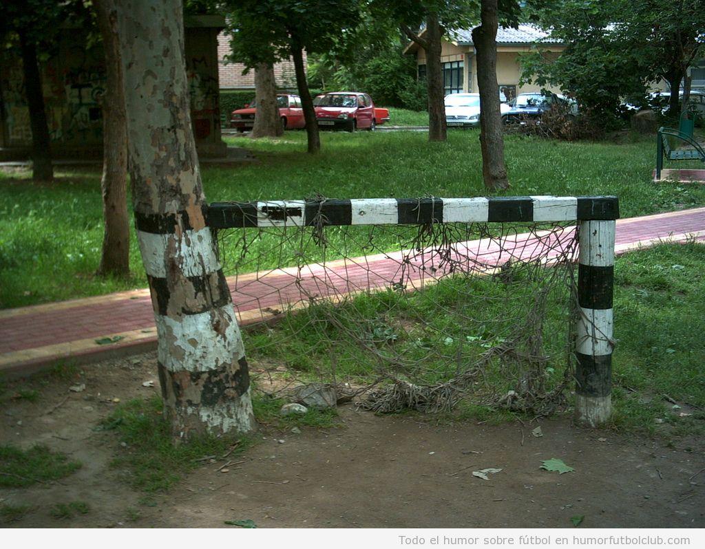 Portería hecha con un tronco de un árbol
