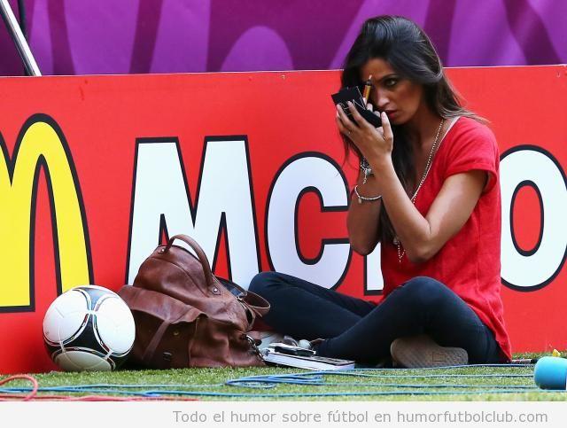 Sara Carbonero se maquilla ella misma sentada en el césped en el españa Francia Eurocopa 2012