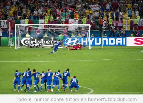 Foto divertida de un aficionado que enseña sus partes íntimas para despistar en un penalti ante Italia