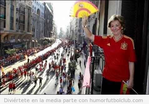 Esperanza Aguirre con camiseta y abanico de España en la celebración de la Roja Eurocopa 2012