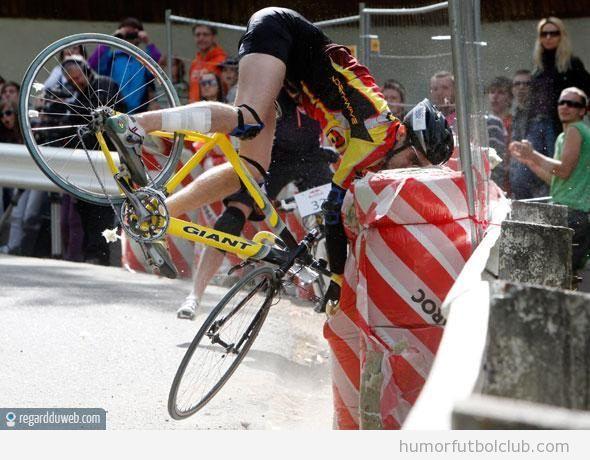 Fail o caída de un ciclista en el Tour de Francia 2012, se estrella contra un poste de proteccion