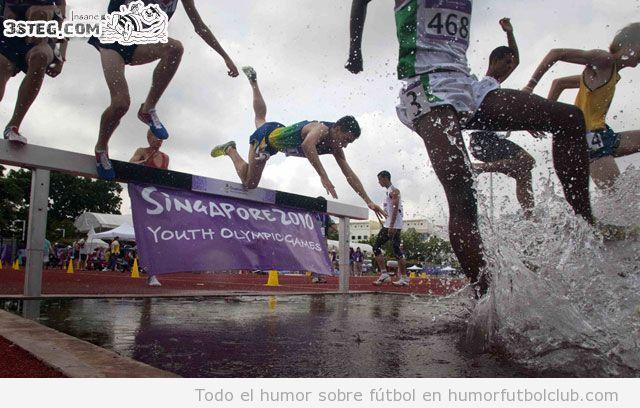 Fail de un atleta cayéndose al agua tras saltar una valla en la carrera con obstáculos