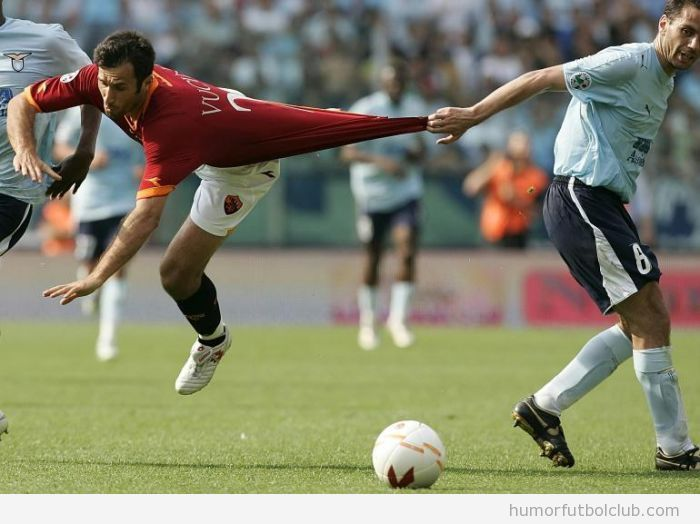 Foto divertida de un tirón de camiseta de un futbolista a otro