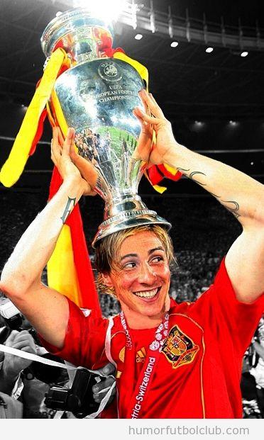 Torres sosteniendo el trofeo de la Eurocopa 2012 encima de su cabeza