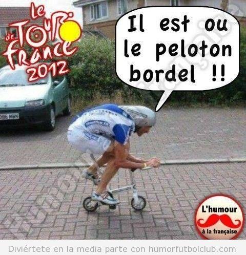 Ciclista en una mini bicicleta, foto graciosa Tour France 2012 humeur