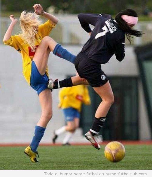 Futbolistas de fútbol femenino dándose patadas mutuas en el aire