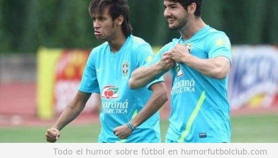 Neymar imitando la celebración del gol de Balotelli